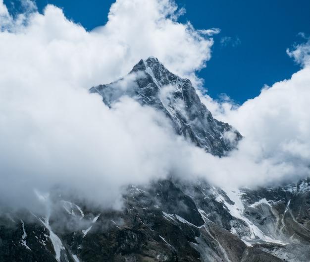 Schöne schneebedeckte berge