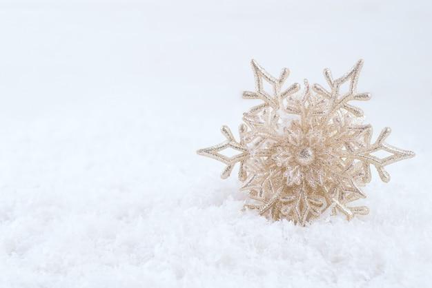 Schöne schneeflocke auf schnee