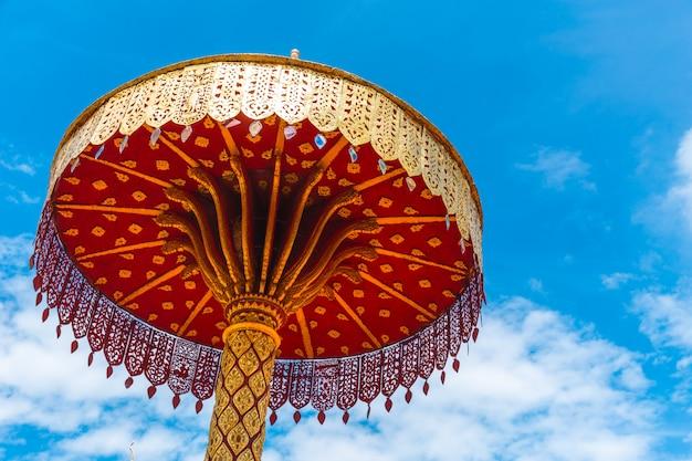 Schöne schöne kunst der chat- oder goldregenschirmnordart thailändischen tempeldekoration des handwerksgoldes schnitzen