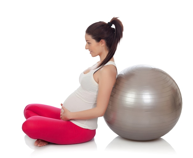 Schöne schwangere frau, die pilates tut