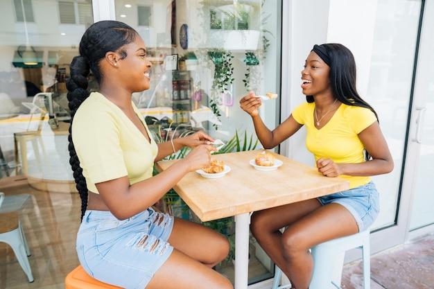 Schöne schwarze teenagermädchen, die zeit zusammen verbringen