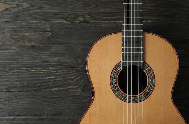Schöne sechssaitige klassische gitarre auf holztisch