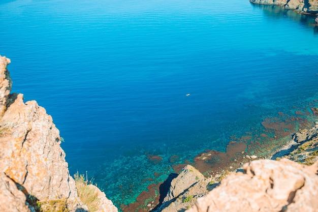 Schöne seelandschaft. erstaunliche zusammensetzung der natur mit bergen und klippen.