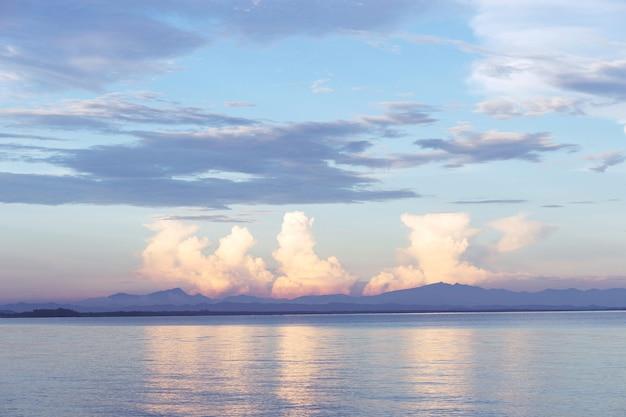 Schöne seelandschaft sonnenuntergang die meereszusammensetzung der naturdämmerung. urlaub urlaub konzept tapete. himmelwolkenhintergrund.