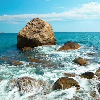 Schöne seelandschaft, ufer und felsen