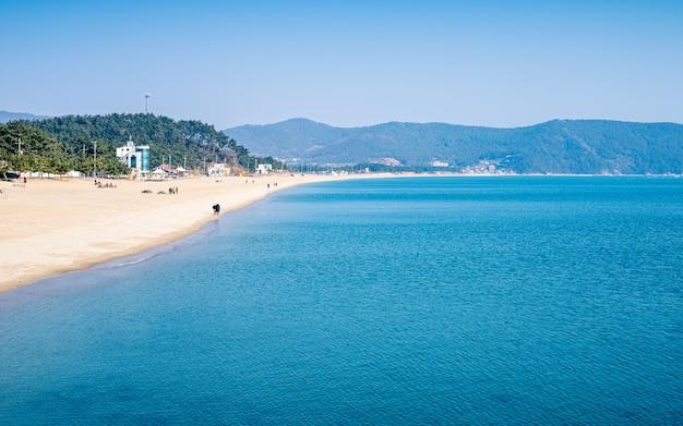 Schöne seestückansicht von sinji myeongsasimni beach, wando, südkorea.