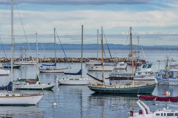 Schöne segelboote auf dem wasser nahe altem fischmannkai, der in monterey, ca, usa gefangen genommen wird