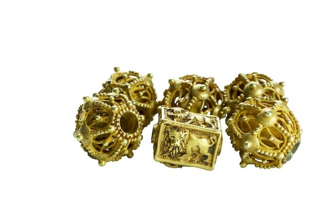 Schöne seltene alte goldene perlen aus der pyu-zeit isoliert auf weißem hintergrund, myanmar