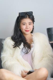 Schöne sexy asiatische frau im weißen kleid glücklich