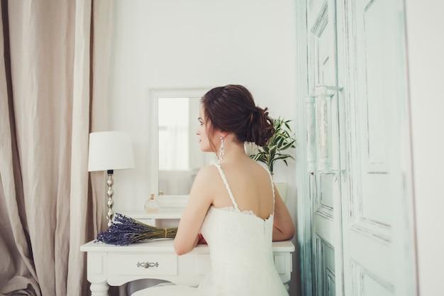Schöne sexy braut im weißen kleid
