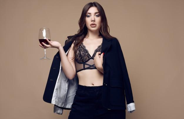 Schöne sexy brunettefrau mit den saftigen lippen in der dunklen unterwäsche