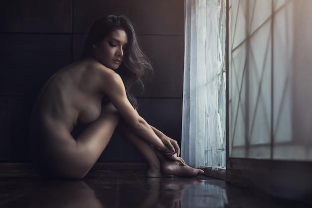 Schöne sexy dame in elegantem. modeporträt des modells zuhause. nacktes mädchen