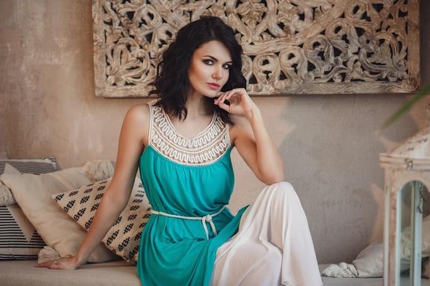 Schöne sexy frau brünette haare ost-stil arabisch marokko möbel