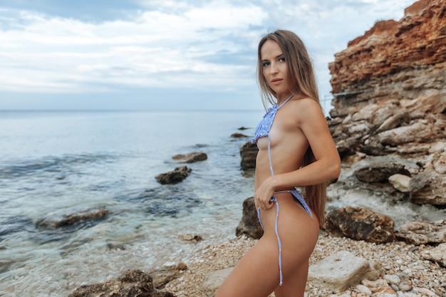 Schöne sexy frau im badeanzug am strand.