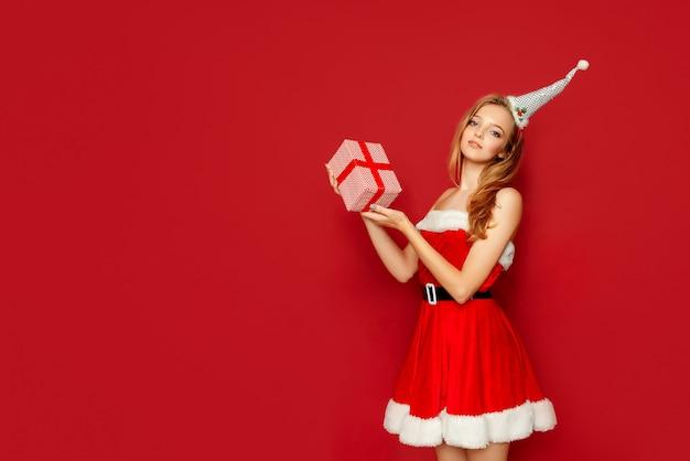 Schöne sexy frau mit weihnachtsgeschenken