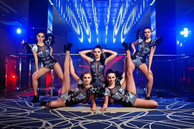 Schöne sexy go-go-tänzerinnen posieren im nachtclub