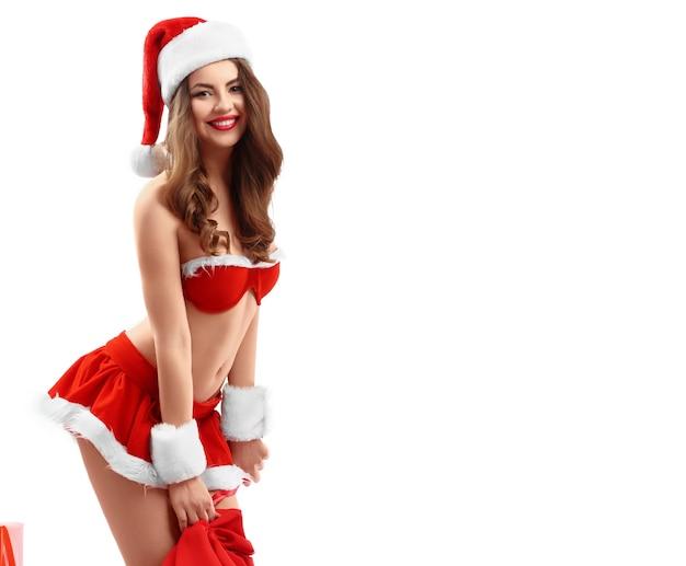 Schöne sexy junge frau im roten anzug von santa claus mit geschenken