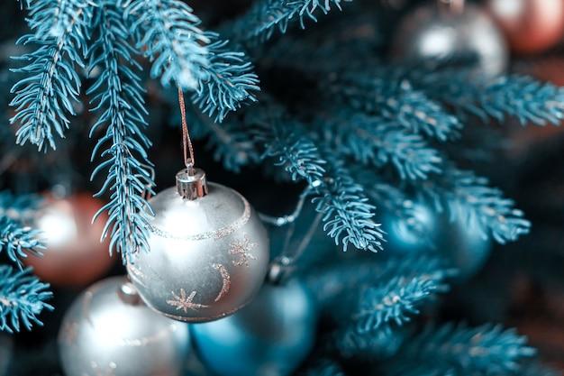 Schöne silberne dekorationen auf einem weihnachtsbaum.
