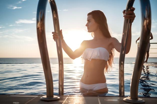 Schöne sinnliche frau im eleganten weißen bikini