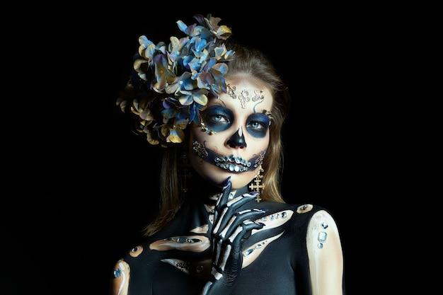 Schöne skelettfrau mit halloween-make-up