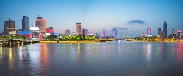 Schöne skyline der stadt bei nacht provinz ningbo zhejiang china