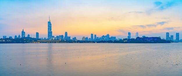 Schöne skyline des sonnenuntergangs von nanjing city, china