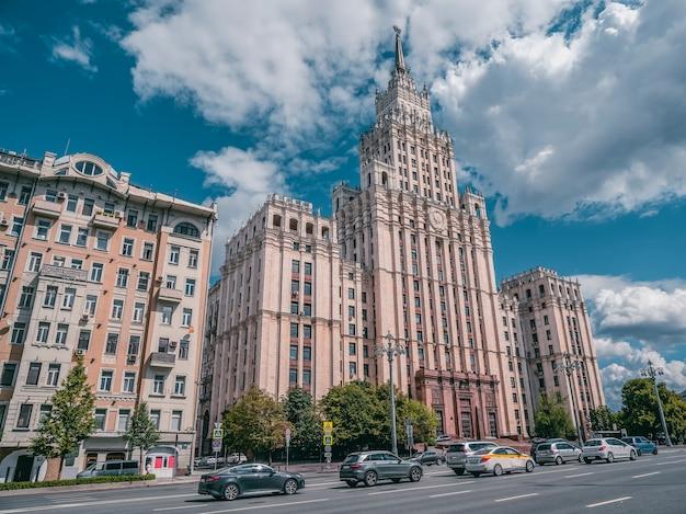 Schöne sommeransicht des stalinistischen moskauer wohngebäudes
