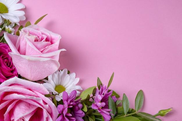 Schöne sommerblumen auf einem modernen rosa blumenstrauß der rosa rosen