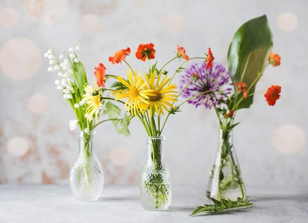 Schöne sommerblumen in glasvasen