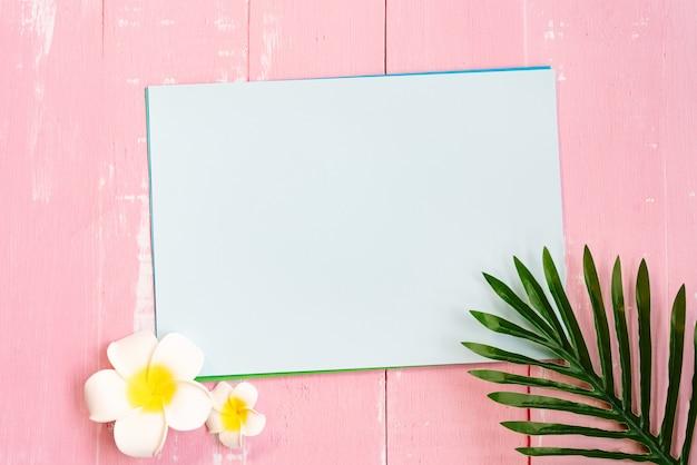 Schöne sommerferien, strandzubehör, blume und palmblätter auf papier