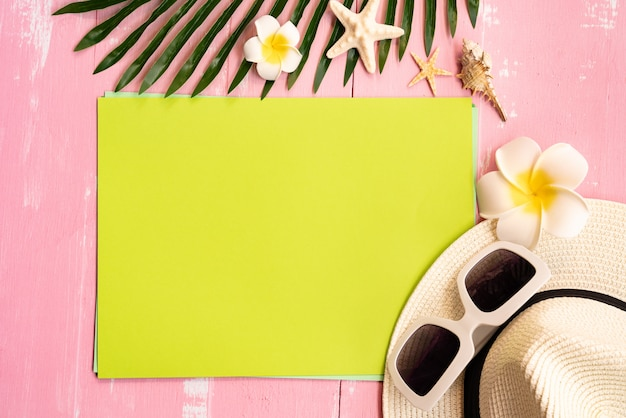 Schöne sommerferien, strandzubehör, muscheln, hut, sonnenbrille und palme verlassen auf papier