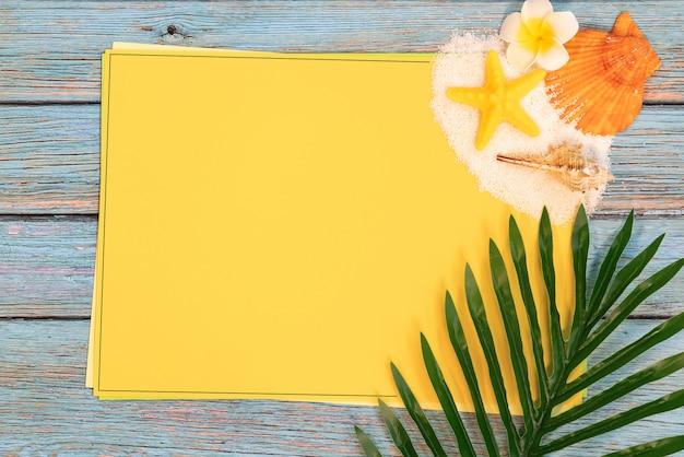 Schöne sommerferien, strandzubehör, muscheln, sand und palmen verlassen auf papier