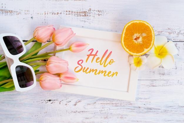 Schöne sommerferien, strandzubehör, orange, sonnenbrille, blume und fotorahmen