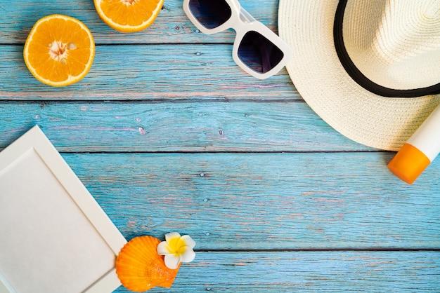 Schöne sommerferien, strandzubehör, orange, sonnenbrille, hut und sonnencreme