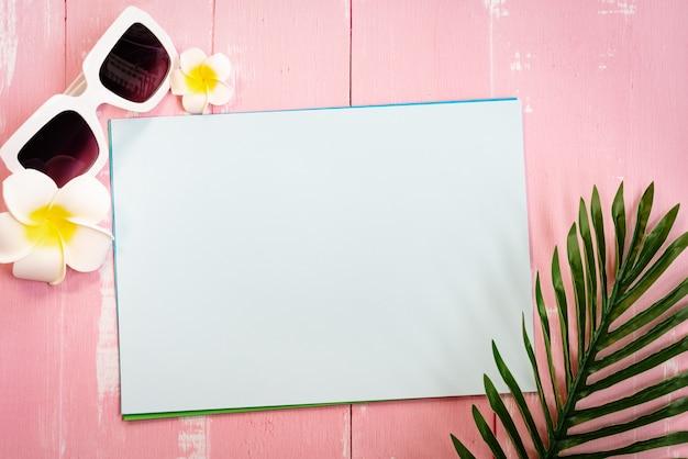Schöne sommerferien, strandzubehör, sonnenbrille, blume und palmblätter auf papier