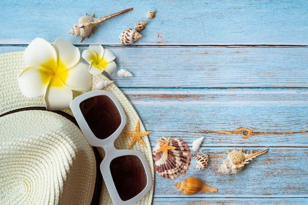 Schöne sommerferien, strandzubehör, sonnenbrille, hut und muscheln