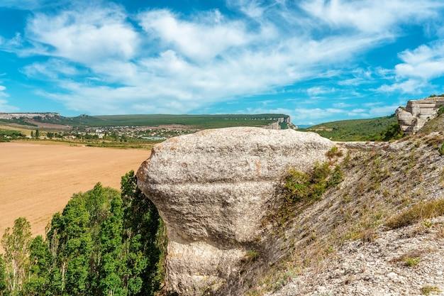 Schöne sommerlandschaft mit felsen und blick auf die grünen hügel der talberglandschaft
