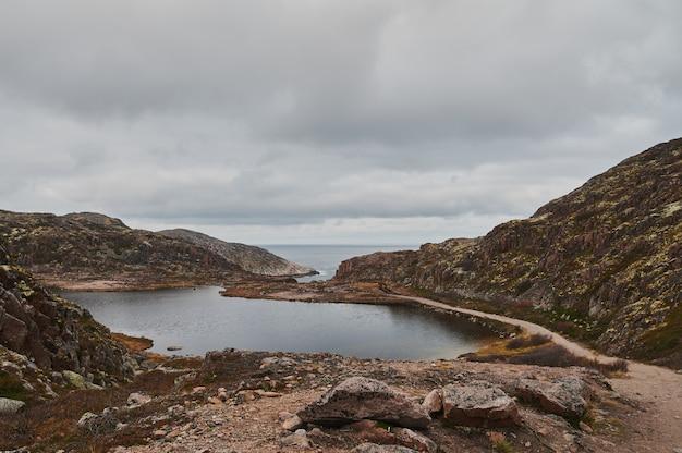 Schöne sommertagslandschaft verlassen artnature küstenverteidigung nord teriberka, barents meerblick.