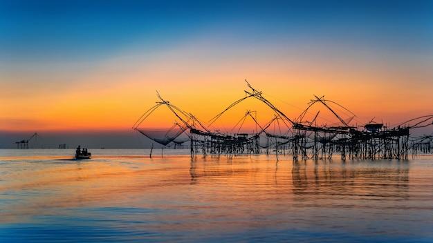 Schöne sonnenaufgang- und fischereidipnetze bei pakpra in phatthalung, thailand.