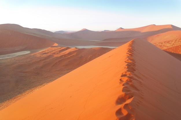 Schöne sonnenaufgangdünen, see und natur von namibischer wüste, sossusvlei, namibia, südafrika