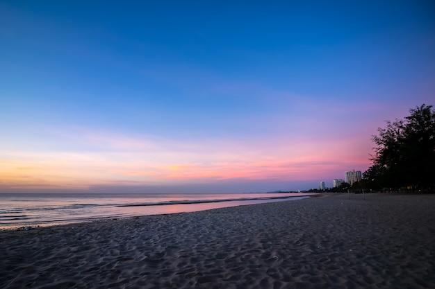 Schöne sonnenuntergangssonnenaufgangoberfläche am strand