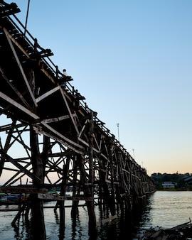 Schöne sonnenuntergangszene an alter asiatischer holzbrücke der langen holzbrücke