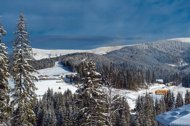 Schöne sonnige winterlandschaft in den karpaten der berge