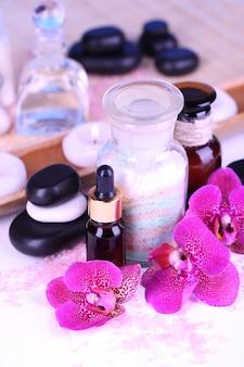 Schöne spa-einstellung mit orchidee auf weißem holztisch nahaufnahme