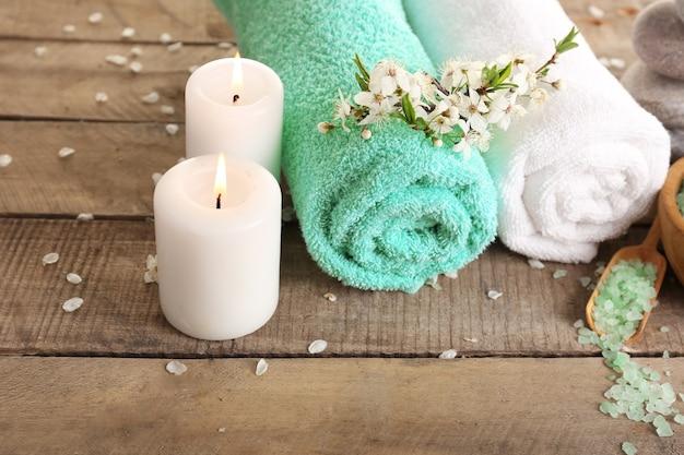 Schöne spa-komposition mit frühlingsblumen auf holz