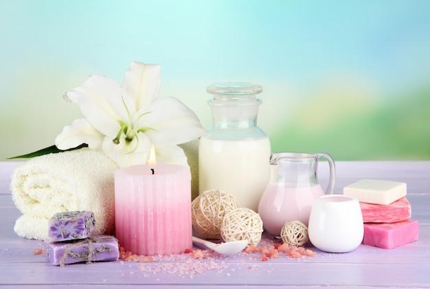 Schöne spa-umgebung mit lilie auf holztisch