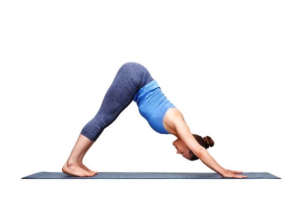 Schöne sportlich fit yogi mädchen praktiziert yoga asana adhomukha sv