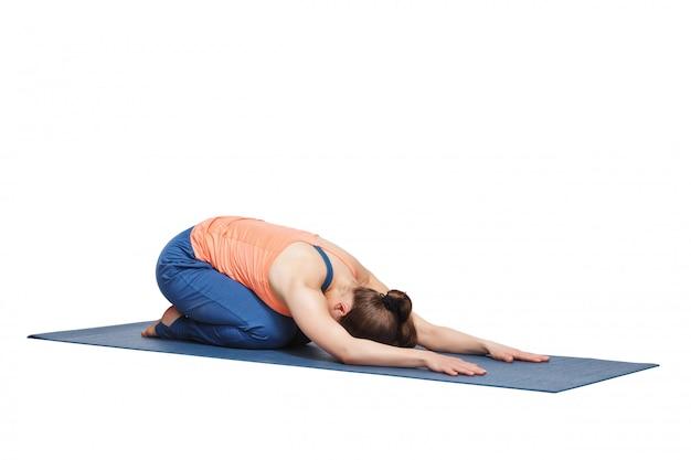 Schöne sportlich fit yogi mädchen praktiziert yoga asana balasana
