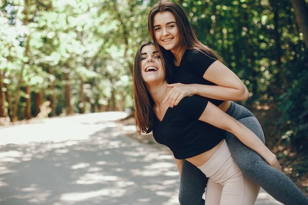 Schöne sportsgirls in einem sonnigen park des sommers