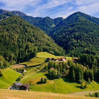 Schöne stadt in den bergen
